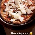 Pizza al tegamino con scaglie di grana