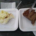 Bolo branco com coco e bolo mousse de chocolate