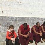 Mon petit bouda blond de 8ans avec les moines du temple