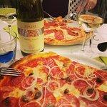 Pizza diavola con cipolle, capperi e una buona bottiglia di ribolla gialla Felluga