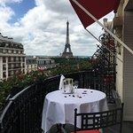 Vista de la torre Eifell desde la suite Prestige del Hotel Plaza Athenne