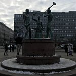 Valokuva: Kolmen sepän patsas