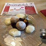 Nougat Topfenknöde auf Beerenspiegel mit Vanilleschaum