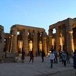 Vista nocturna del templo de Luxor consagrado a Amón-Re