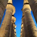 Capiteles en forma de flor de papiro abierta contra un cielo azul profundo