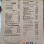 Menú de desayunos. Chilaquiles en $65, Waffles entre $60 y $80