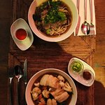 Beef soup e noodles ricoperti di pesce