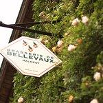 Les roses estivales et l'enseigne de la Brasserie de Bellevaux