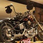 Une Harley sur l'arrière du bar