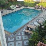 La piscine était minuscule par rapport à la capacité de l'hôtel