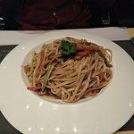Λινγκουίνι με πέστο βασιλικού και πιπεριές!Πολύ καλό!