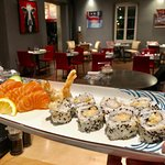 maki aux crevettes et sashimi saumon