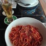 Espaguetis al ajo. Con salsa de tomate, y con gambas.