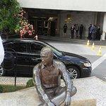 Escultura de JK sentado, em frente ao hotel.