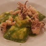 ravioli di burrata con pesto e ciuffi di calamari