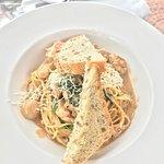 Spaguetti com molho cremoso, frango e espinafre