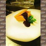 Nuestros postres: Milhoja de crema de chocolate blanco y mango con salsa de chocolate negro
