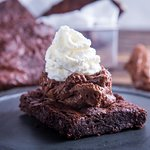 Brownie artesanal com mousse de chocolate e chantilly