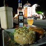 Filé de Pirarucu com risoto de queijo coalho e taperebá (cajá). Teatro Amazonas ao fundo.