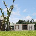広いお庭をぬけた先に、小さな工房とお店があります。沖縄・南城市にある陶芸工房とお店・アトリエショップCOCOCO
