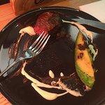 мясо с печеным авокадо