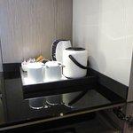 Wasserkocher mit Teebeuteln und Kaffeepulver