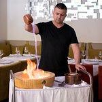 Pâtes aux truffes flambées à la Grappa dans la meule de Parmesan, truffe selon la saison
