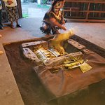 El conductor nos explica la forma de cocinar los alimentos, la tradición Rapa Nui de reunirse as