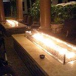 Patio avec piscine, système de fausse cheminée chauffant