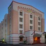 Holiday Inn Express & Suites Riverwalk Exterior Night