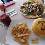 C Seven Giant Burger 👌 Pizza with Parma ham and Rucola - yummy Smoothies - very refreshing