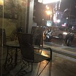 Foto dall'interno del ristorante verso l'esterno