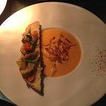 Entée du menu à l'ardoise : Velouté de potiron, tartine d'artichaud