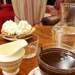 Chocolat épais, scones nutella chantilly et tous les gâteaux du jour 😋