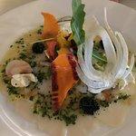 Carpaccio de Saint Jacques,crème aigre aux herbes et sauce Riviera