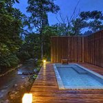 Enjoy night bathing under the starry sky.