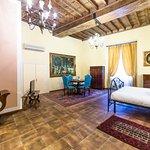 Camera con mobili antichi e travi a vista, bagno privato, molto spaziosa.
