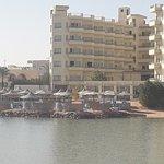 pohled na hotel a pláž od moře