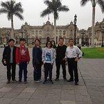 Con Rene Tan y familia en La Plaza de Armas de Lima-Peru