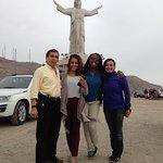 Con Sandra Cook y amigas delante de la imagen del Cristo del Pacifico