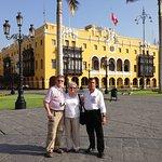 Con Mr. Roy y su esposa en el Centro de Lima, delante de la municipalidad de Lima-Peru