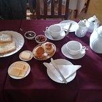 El té, las tostadas, queso, manteca, scons y dulces