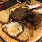 piatto di carne patatine e uovo