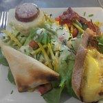 Salade avec plusieurs fromages