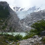 El agua cae desde el glaciar hasta el lago