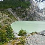 Unos contemplan el glaciar desde arriba, otros bajan hasta la orilla del agua