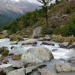 El río que nace en el Lago Huemul desciende entre rocas