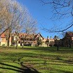 Palacio y jardines en un día soleado de invierno