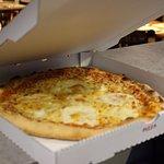 La pizza 4 fromages tout juste sortie du four