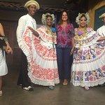 junto a los bailarines...hermoso espectaculo. trajes bien logrados